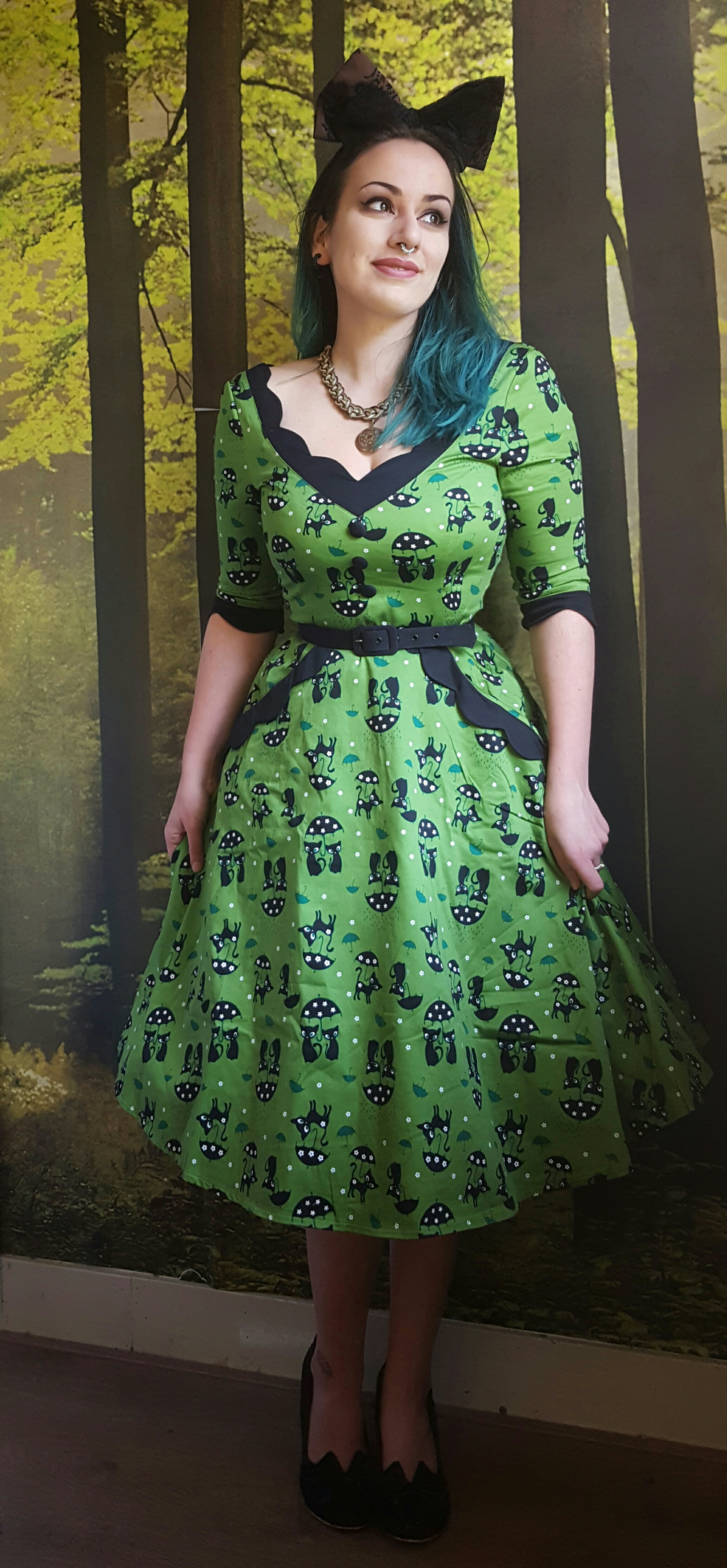 voodoo vixen jade cat swing dress in green fashion and fairytales i decided to pair it a black belt for some extra definition at the waist black heels and a big bow in my hair as a subtle nudge to cat ears